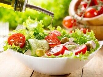 Не съхранявайте салати с дресинг в пластмасови дъдове