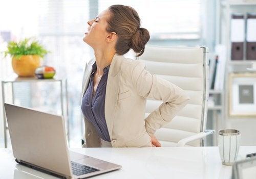 Продължителната работа в една и съща позиция е причина за болка в тази част на търба.