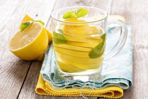 вода с лимонов сок за борба с коремното подуване