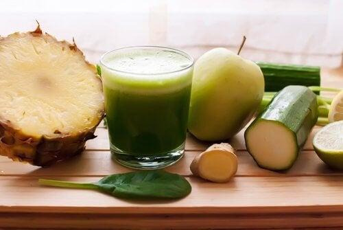 Отървете се от задържаните течности с помощта на ананас, краставица и хвощ