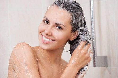 измивате косата си погрешно, ако използвате шампоан всеки ден