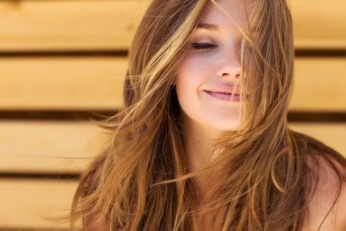 пиенето на вода на празен стомах влияе благоприятно на косата ви