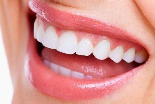 Перфектно белите зъби са резултат от редица избелващи процедури