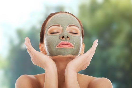 Нанесете маската върху почистено лице