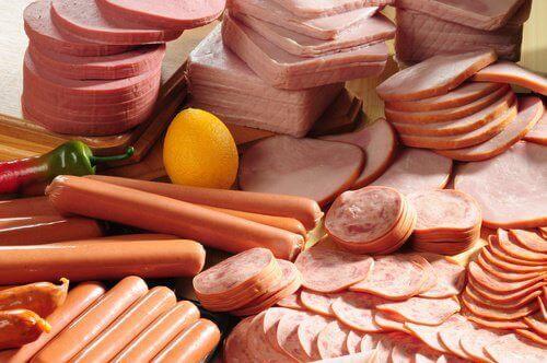 Ако искате плосък корем, избягвайте обработените меса