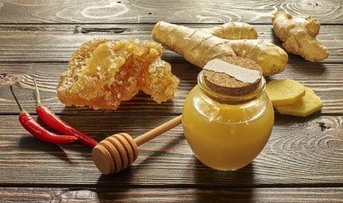 Сироп от мед и лют червен пипер