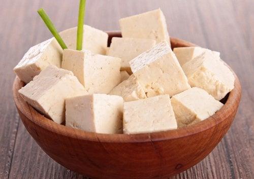 тофуто се прави от соя и съдържа много протеини