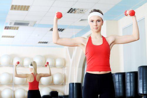 упражнение с гирички за подобряване на болката в раменете