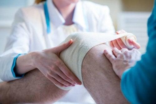 """Лекарите разработват """"жива превръзка"""" за коляното"""