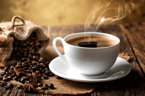 Прекомерната консумация на кофеин може да причини главоболие и мигрена.