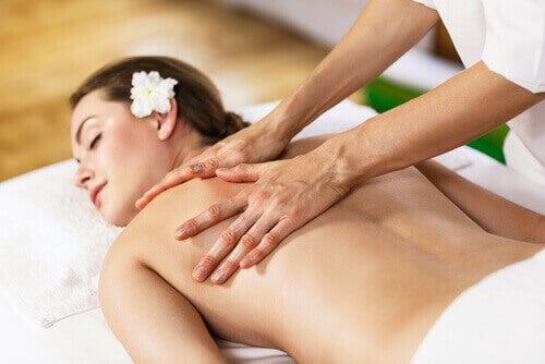 масажи за намаляване напрежението, което се акумулира в гърба
