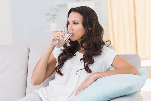 Пийте много вода, когато страдате от хемороиди.