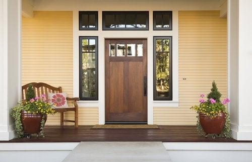 Според Фън Шуй входната врата трябва да е голяма, здрава и светла