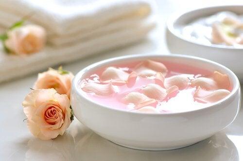 Крем с розово масло и кисело мляко срещу тъмните петна