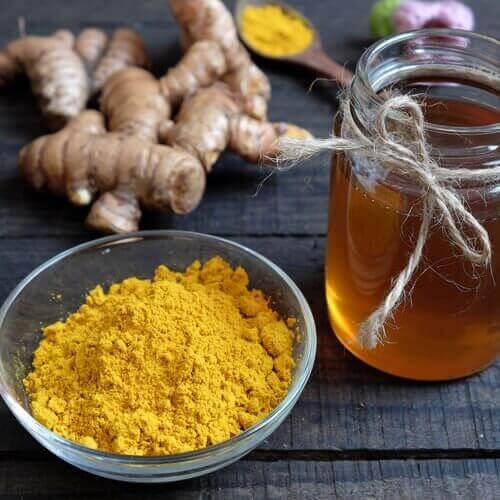 Мед и куркума се борят срещу бръчките и тъмните петна по лицето ви.