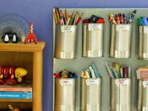 Как се правят моливници чрез рециклиране на консервни кутии
