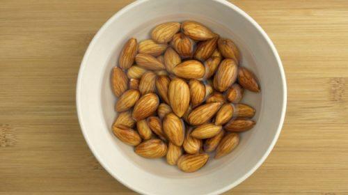 Разберете защо трябва да ядете накиснати бадеми