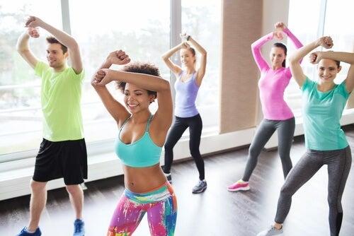 Зумба е тренировка, която комбинира различни видове танци