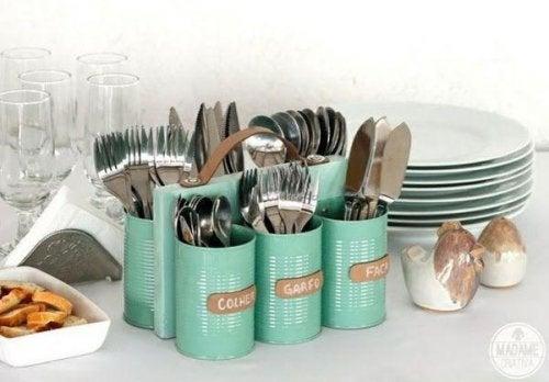 Поставки за прибори чрез рециклиране на консервни кутии