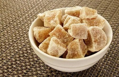Захаросаният джинджифил наричан и кристализиран е вкусен десерт