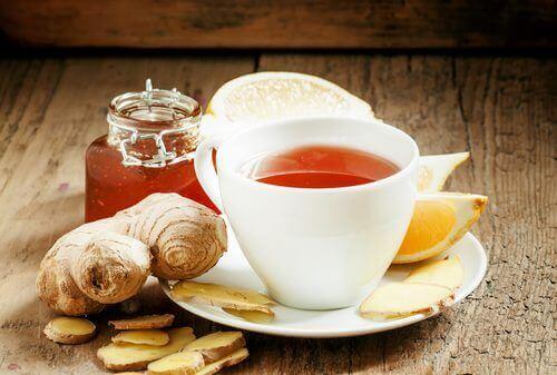 чай от джинджифил и куркума против подуването на коленете