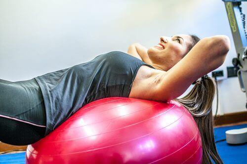 Коремни упражнения с фитнес топка
