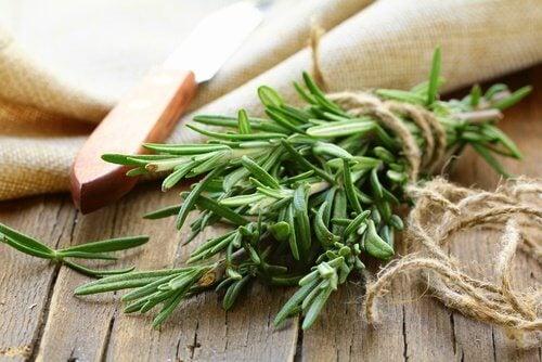 розмааринът подпомага растежа на дългата коса