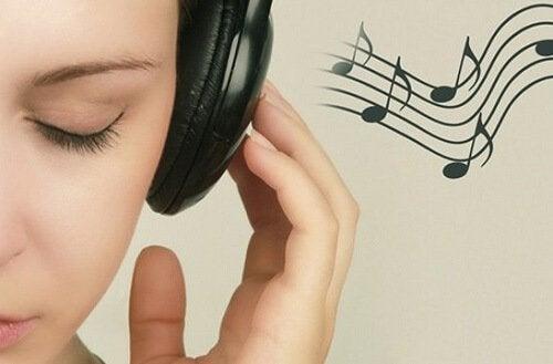 Хигиената на ушите отвън