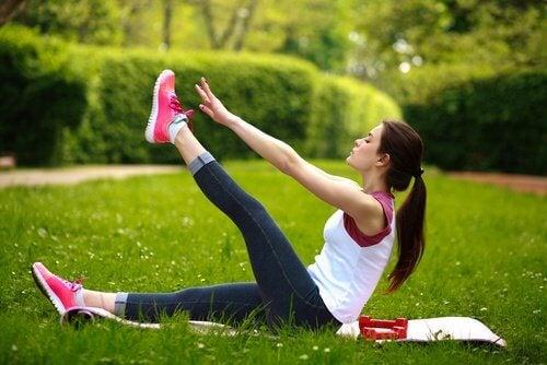 Повдигането на краката е проста техника за релаксация при болки в кръста.