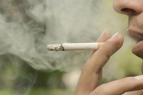 Тютюнопушенето причинява увреждания на зъбите и кървене на венците.