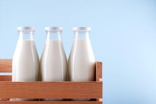Доспива ни се от комбинацията триптофан и калций в млякото.