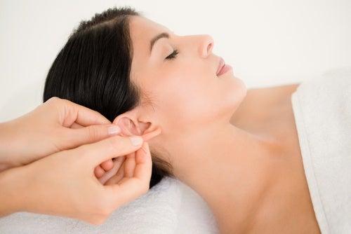 масаж на ушите