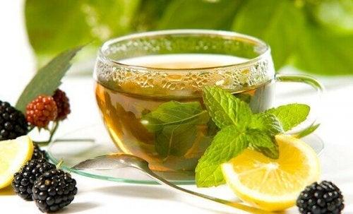 приготвяне на зелен чай с лимон