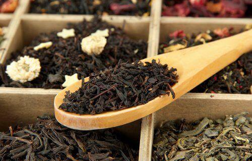 лъжица с черен чай