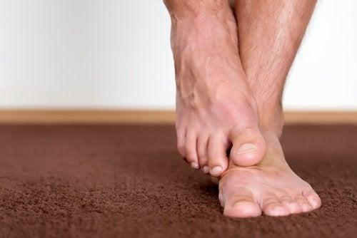 премахнете мъртвите клетки от кожата по ходилата