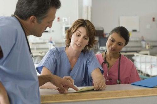 лекари обсъждат диагноза