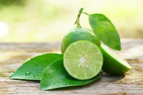 пресният лимонов сок облекчава болката при подутите венци