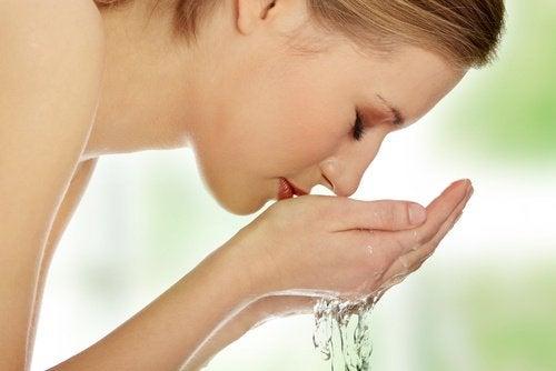 Почистването на лицето е важно  за лечение на акнето на брадичката