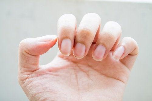 чисти нокти с помощта на сапуна