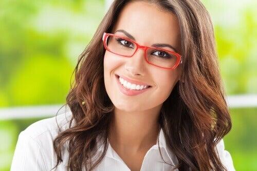 За почистване на очилата си може да използвате вода и неутрален сапун.