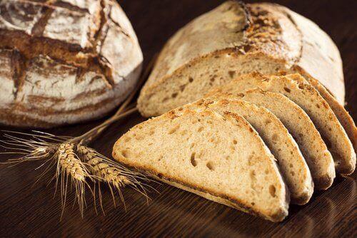 Пълнозърнестият хляб съдържа същото количество калории като белия.