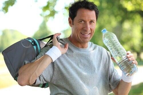 Изпотяването изисква приемане на по-голямо количество вода.