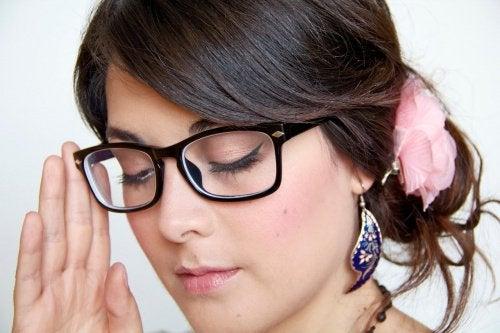 Неправилното поставяне на очилата може да доведе до изкривяване на рамката.