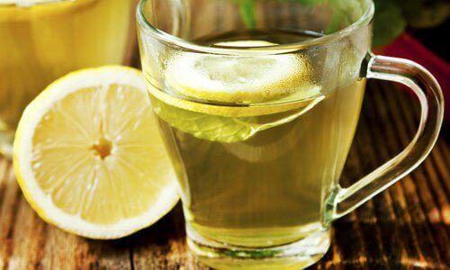 вода с лимон срещу подуването на корема