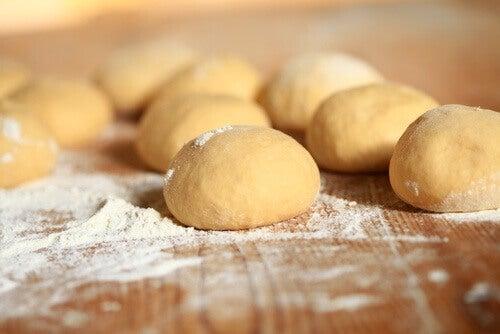 Избягвайте рафинираното брашно, за да премахнете целулита.