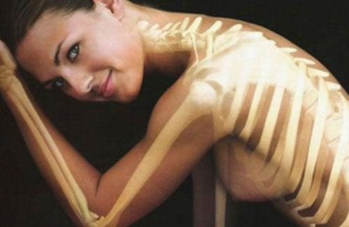 Мляко с мед  допринася за здравето на костите