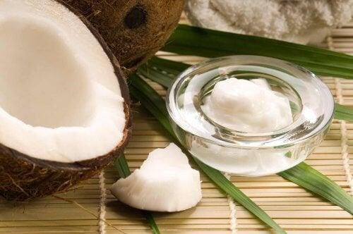 Как да използвате кокосовото масло като натурален козметичен продукт