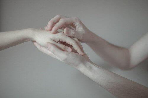 Да подадем ръка на хората с разбити сърца
