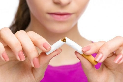 Пушенето на цигари спомага появата на остеопороза.