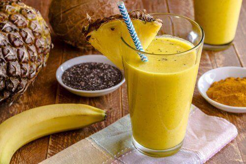 Смути с куркума, банан и ананас